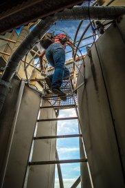 Pracownik fabryki na schodach