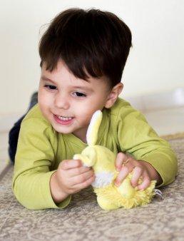 dziecko bawiące się maskotką
